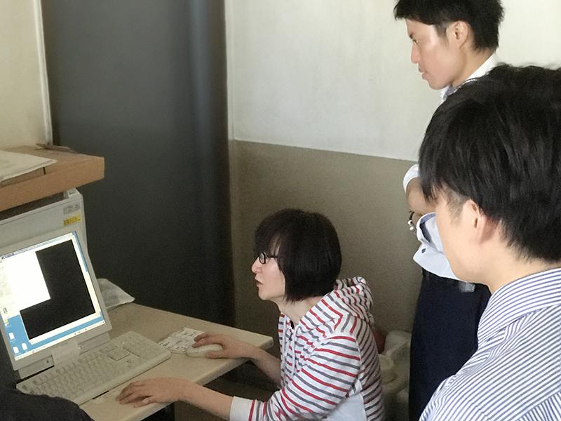 面付講座で製版するところをスタッフが聞いているところの画像