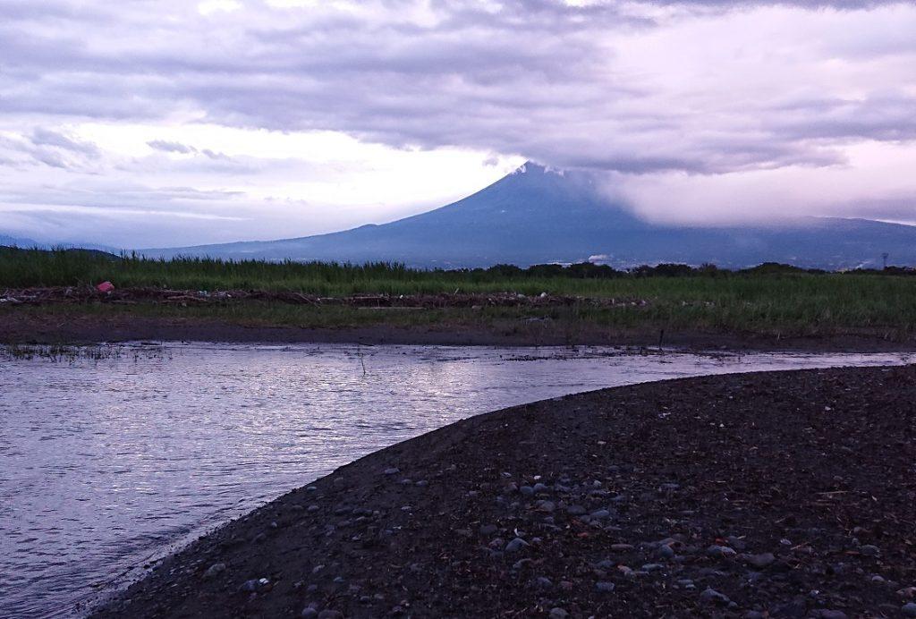 曇り空の霊峰富士