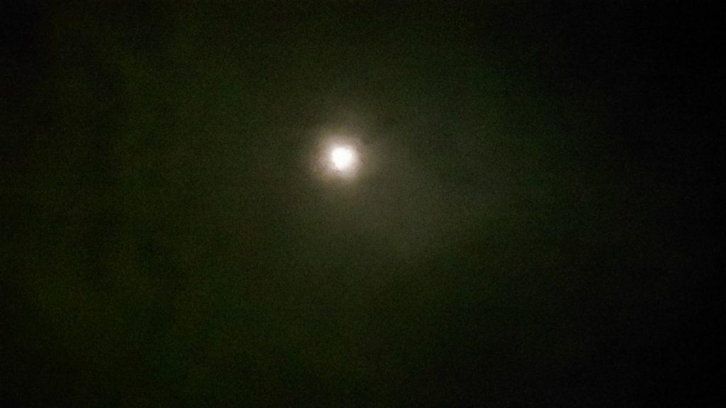 曇り空の隙間から綺麗な月明かり
