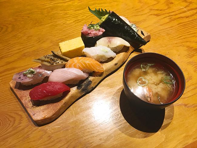 板前寿司の彩セットと味噌汁の写真